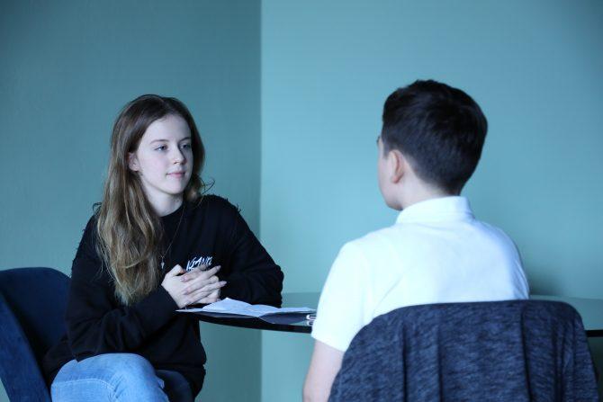 """La 11 ani, a jucat în """"Sunetul muzicii"""" și """"Familia Addams"""". Interviu cu Matei, elevul nostru pasionat de muzică și actorie"""
